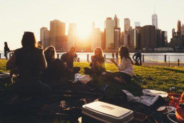 Город, лужайка, пикник на траве